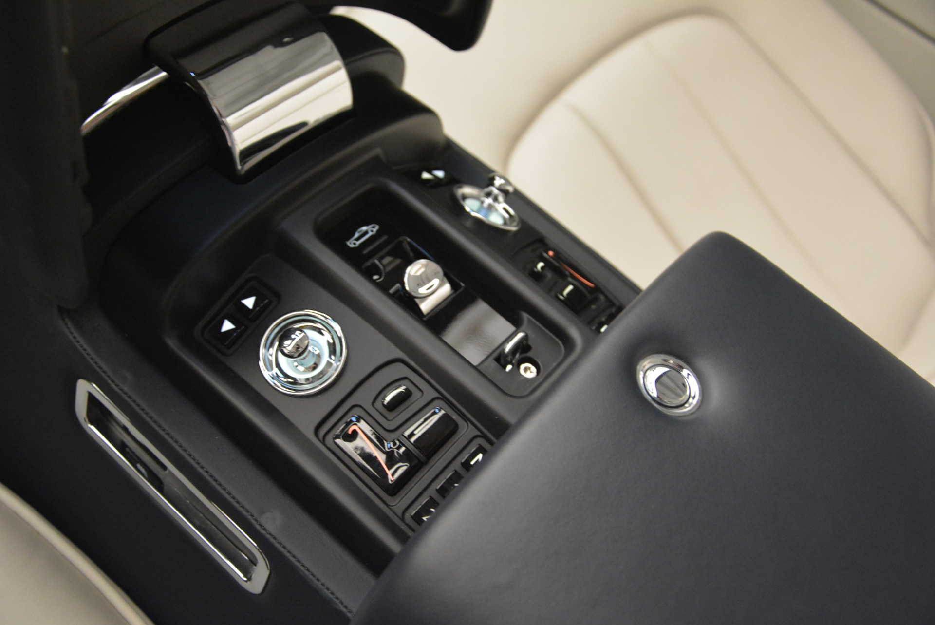 Used 2014 Rolls-Royce Phantom Drophead Coupe  For Sale In Greenwich, CT 2356_p29