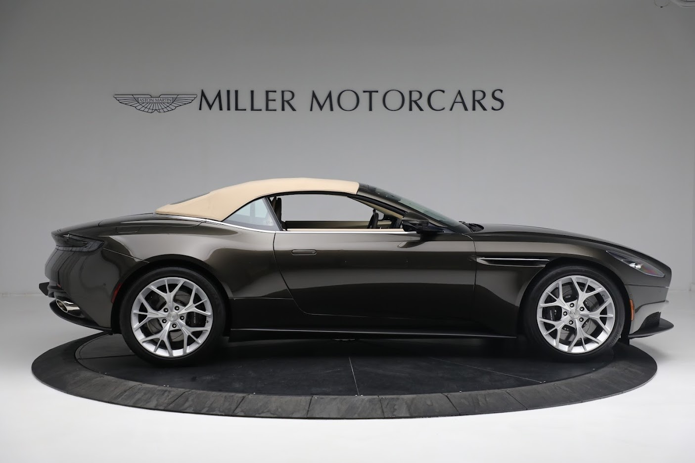 New 2019 Aston Martin DB11 V8 Convertible For Sale In Greenwich, CT 2410_p16